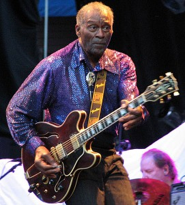 Chuck Berry y su guitarra semi-acústica con caja de resonancia y pastillas. Photo by Örebro