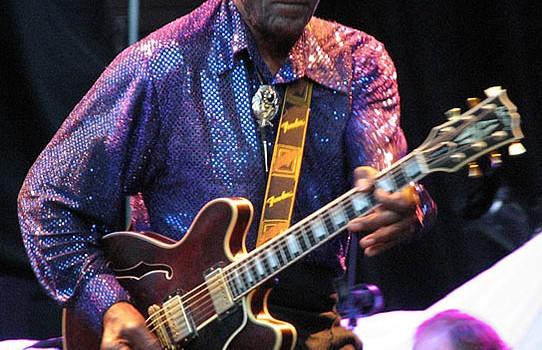 Chuck Berry con su guitarra semi-acústica