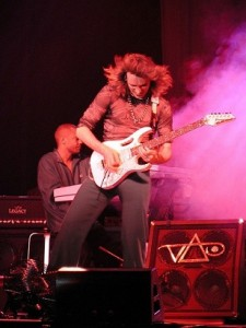 Steve Vai, para algunos el mejor guitarrista del mundo, conoce y domina las escalas