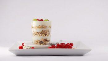 Yogur y kéfir contienen probióticos