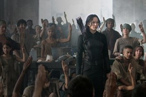 """Una imagen de """"Sinsajo (Parte 1)"""" con Jennifer Lawrence, su actriz protagonista vestida de negro"""