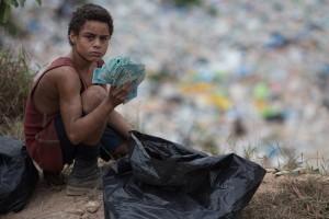 """Escena de un niño en un vertedero de la película """"Trash. Ladrones de esperanza"""", de Stephen Daldry"""