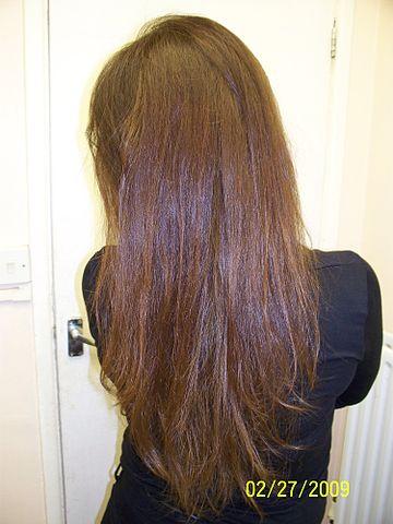 La caída intensiva de los cabello al masaje de la cabeza
