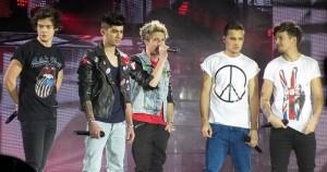 Los One Direction en una actuación de su gira