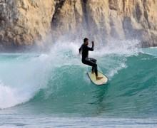 Surf en la playa de Beliche, una de las actividades estrellas del Algarve, con playas como Arrifana o Amado – Carver