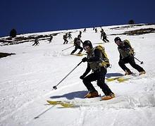 Esquiadores en una estacion invernal