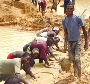Mineros de diamantes en Sierra Leona - CC-by Laura Lartigue