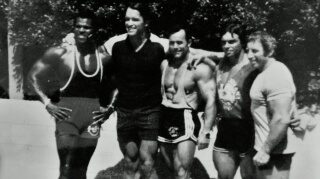 Serge Nubret, Arnold Schwarzenegger, Salvador Ruiz, Gérard Buinoud y Ed Guiliani, 1983. Foto gentileza de Salvador Ruiz.