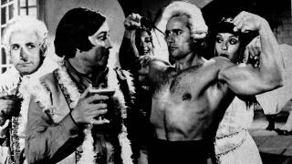 """Salvador Ruiz con el actor José Luis López Vázquez en la película """"Una pareja distinta"""" (1974). Foto, revista """"Las Pesas"""""""