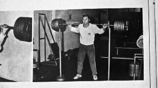 """Salvador Ruiz, haciendo sentadilla, en el Gimnasio  Olimpia, en 1974. Revista """"las Pesas"""", digitalización Agencia Febus."""