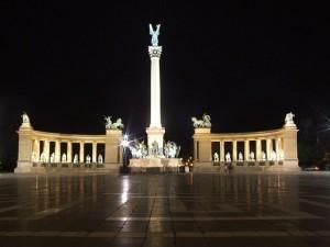 Vista nocturna de la Plaza de los Héroes de Budapest