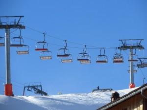 Practicar esquí en estaciones invernales