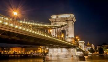 Vista nocturna del Puente de las Cadenas