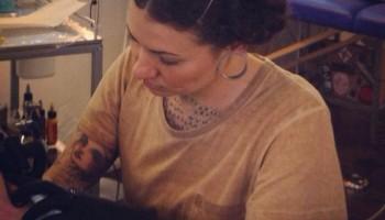 Zulima Torné tatuando