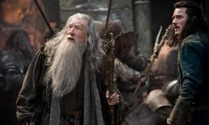 """Fotograma de """"El hobbit: La batalla de los cinco ejércitos"""": escena de Gandalf en una batalla"""