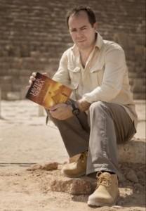 """Javier Sierra a los pies de """"La pirámide inmortal""""  foto de Carlos Ruiz"""