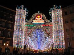 Calle iluminada en Valencia durante las Fallas