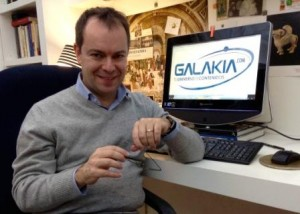 Javier Sierra en su despacho en una foto para la entrevista  junto al logo De Galakia.com