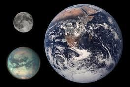 Titán comparado con la Tierra y la Luna - Wikipedia Commons