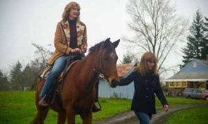 """Las actrices Reese Witherspoon y Laura Dern en una escena de """"Alma salvaje"""", una película basada en una historia real."""