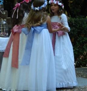 Mi Vestido, firma que presentó su colección en blanco con grandes lazos de color como contraste.
