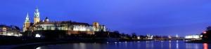 Imagen nocturna del castillo y catedral en la colina de Wavel
