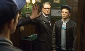 """Escena de la película """"Kingsman: servicio secreto"""" con los actores Colin Firth y Taron Egerton"""