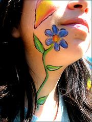 Diseño floral de maquillaje artístico