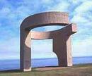 Elogio del Horizonte, escultura de Chillida