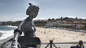 Mujer pescadora, playa de Comillas