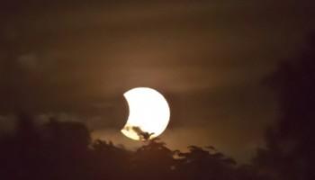 Eclipse solar en el que la Luna avanza sobre el Sol.
