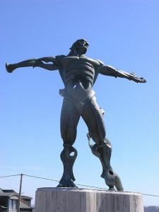 http://www.fotonazos.es/2013/03/la-estatua-de-los-vientos-en-suances/