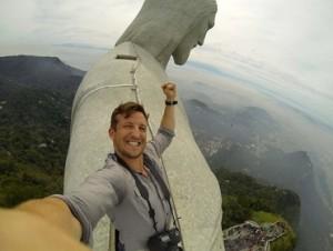 Viajero extremo selfie en Cristo Corcovado. Foto en : http://bunkerpop.mx/