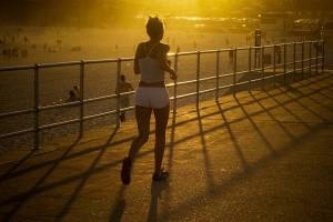 Joven practicando running