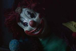 """Imagen y crítica  de la película de terror """"Poltergeist"""" en su versión cinematográfica de 2015 - Fotograma del muñeco payaso clown"""