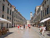 Stradun, uno de los atractivos turisticos de la ciudad de Dubrovnik - la perla del Adriático. Hoteles en Dubrovnik