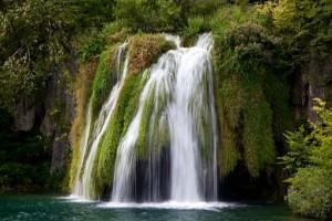 Cascada de 7 metros que trae el agua desde el Lago Ciginovac - Excursiones en la naturaleza en Croacia