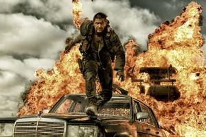 """El actor Tom Hardy en una escena de una explosión en la película """"Mad Max: Furia en la carretera"""""""