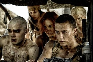 """Escena con los protagonistas de la película """"Mad Max: Furia en la carretera"""""""