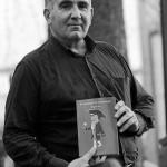 Miguel Izu posando con su novela negra: El asesinato de Caravinagre