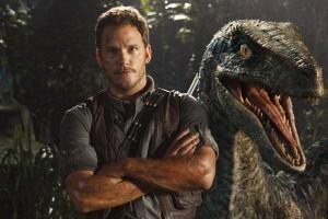 """Fotograma de """"Jurassic World"""" con el actor Chris Pratt y un dinosaurio"""