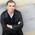 En la imagen, el escritor Miguel Izu