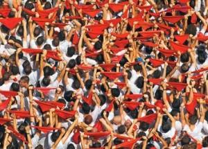 San Fermín y los asistentes con pañuelos rojos
