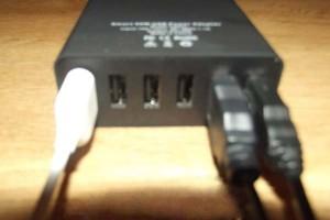 Imagen en detalle de las seis conexiones a las entradas usb del cargador Choetech 50W