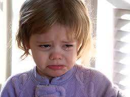 Niña pequeña que llora.