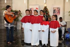 Niños cantando villancicos navideños