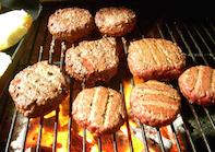 Cocinar hamburguesas en el grill