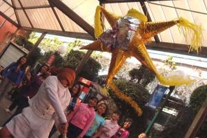 En las posadas mexicanas es una tradición romper piñatas