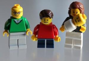 Varios muñecos LEGO representando a una familia tradicional