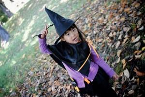 Niña vestida de bruja durante una fiesta de Halloween